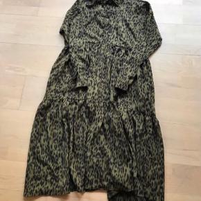 Super fed kjole i Army med leopard print kjole str m  Sælges for 260 pp Nypris 699 kr Handler kun med forsendelse