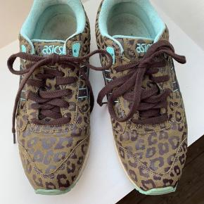 Lækre sneakers, som jeg har hentet hjem fra udlandet.  Animal print, lyseblå detaljer, lyseblå indeni.  Dyreprint.