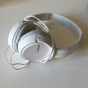 Hovedtelefoner fra Sony. God lyd. Fejler intet. Brugt højest et par gange inden jeg fik nye i en gave😊