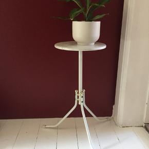 Super flot bord i marmor. Passer perfekt i størrelsen til en plante.  Mål: H: 51,5 cm og Ø: 25 cm