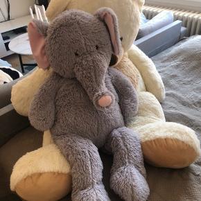 2 bamser sælges.  1 kæmpe stor bjørn. Har bare stået i hjørnet af min seng.  1 semi stor elefant, som også bare har stået i hjørnet af min seng.  De kan hentes i Århus C.  Den gigantiske Bjørn sælges for 150kr, mens elefanten kan hentes for 100kr  Begge sælges også samlet til 200kr