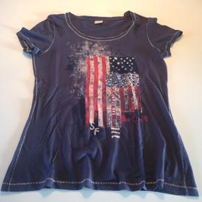 T-shirt i dejligt tyndt materiale.