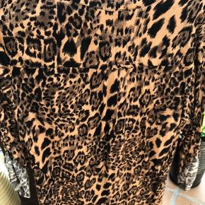 Skjorten er lavet i bomuld / den er af mærket Vicvia
