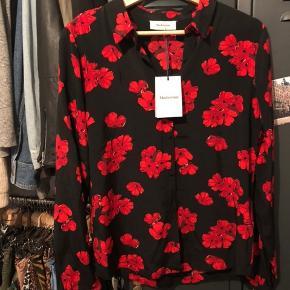 Flot modström blomster skjorte. Passer med matchende bukser som jeg også sælger.