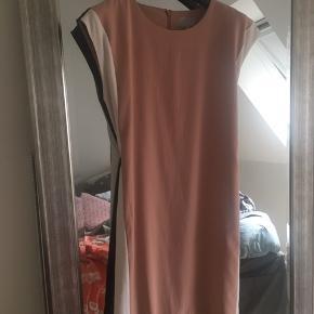 Fin kjole Med sort og hvid stribe i siden  Smart elegant kjole