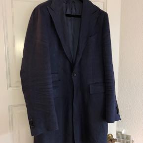 En super lækker frakke fra Suitsupply. Det er en størrelse 50, og den er lavet af 100% lined.   Det er noget tid siden jeg har brugt den, men tag den en tur forbi et renseri, og du har en  spritny jakke fra suitsupply.