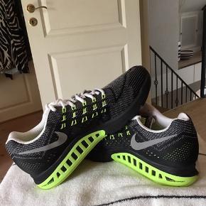 Super smarte Nike air zoom structure 18 i str 44 sælges. Aldrig brugt.Dynamic sålen gør skoen let.Nike logoet virker som refleks. Sælger ud af min samling af Nike sko. Køber betaler fragt.