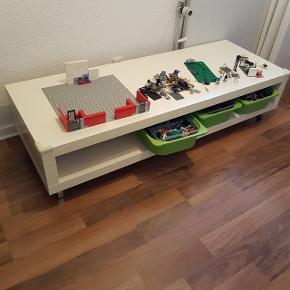 """Ikea TVbænk """"LACK"""". 149x55 og 35 høj. Kan fungere som et super godt legebord. Vi har brugt det som Legobord, da det ikke er så højt, og der kan stå lave kasser (fx dem til """"Trofast"""" reoler) eller Legobyggeriet på hylden under, ind fra begge sider, derfor er der ridser diverse steder (se billeder). Vi har sat korte kromben på.Fra røg- og dyrefrit hjem. Befinder sig i Stige  Søgeord: lack tvbord tvbænk bænk tv lego lege legebord ikea bord hvid legobord"""