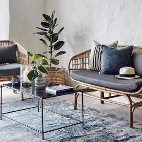 Kurvemøbler i bambus, Nordal  ALDRIG BRUGT Nordal sofa og lænestol i bambus/rattan sælges.  Sælges enkeltvis eller samlet.  Pris for ny: Sofa: 5.000 kr.; Lænestol: 2.500 kr. Nu sælges den til: Sofa: 4.000 kr; Lænestol: 2.000.  Model: Bali. Er produceret i Indonesien.  Materiale: Bambus, rattan  Stand: Ny-aldrig brugt.  Mål: Sofa: 138x68xH.81 cm. Lænestol: 75x68xH.81 cm.  Farve: Puderne er grå.  Byttes ikke, leveres ikke. Jeg har ikke kvitteringen længere.  flere billeder kan sendes.   Jeg har mobilpay.