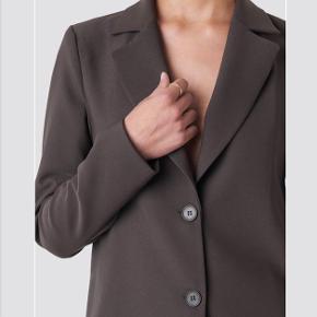 Helt ny blazer fra NAKD i samarbejde med x Tina Maria.   ( shorts til sælges også i samme mærke på profilen ) der kan laves samlet pris