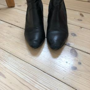 Acne Alma støvle - en klassiker. Som vist på billedet er de brugte og tildels slidte - især ved hæl og ved snude. Med ny hæle kan de sagtens bruges hvis man kan leve med en lidt slidt snude, som iøvrigt ikke kan ses og som løbende kan fixes med sort belægning. Sælges da jeg ikke længere kan passe dem efter min graviditet.