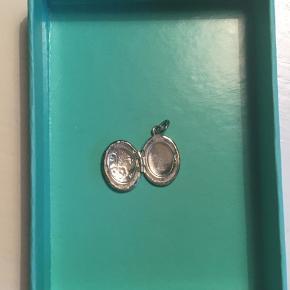Sølv medaljon med blomster- gravering (vedhæng) 1,5 cm✨ Kan indeholde en lille seddel eller foto