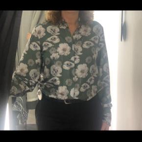 Skjorte fra karmamia i L.  100 % Satin terylene. - retvisende farve er på billede nummer 2.  Kun brugt meget få gange.  BYD 😊🌸
