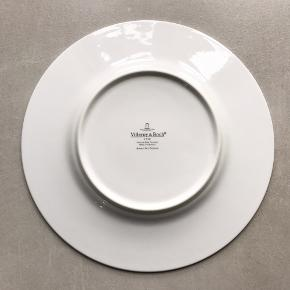 Fine dekorative tallerkner med sølvkant fra Villeroy & Boch, 22 cm. De fleste er i fin, næsten fejlfri stand selvom de er brugt, og der er mikroskopisk slitage i sølvkanten på de fleste. Dog er der nogle meget små prikker i lakken (fra produktionen) på den lilla og mørkeblå, se billeder. Den grønne har et bittelille mærke i sølvkanten men det knapt ses med det blotte øje. Desuden har den lilla en lille brugs-slitage-ridse i midten.  Sælger dem helst samlet, men er du interesseret i bare nogle af dem, så skriv gerne. Så koster de lidt mere pr. stk.