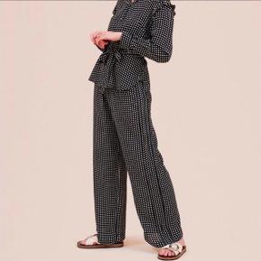 Helt nye bukser, aldrig brugt. Nypris 1000kr  Byd, bytter ikke :-)