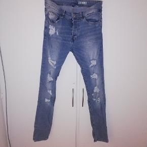 H&M divided bukser med huller i. Str 30. Tænker 50 kr eller BYD 😊