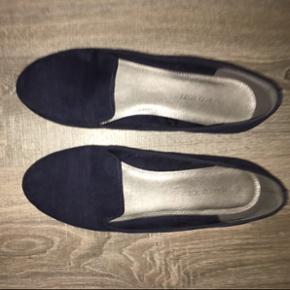 Simpel konge blå sko i str. 42. Aldrig været brugt!