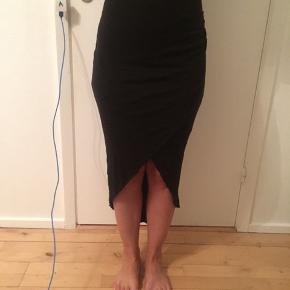 Flot lang sort nederdel med slide foran. Ekstra stof inden under. Kan også bruges af en str. S/M.  Flere billeder kan fåes over beskeder.  📌Returneres og byttes ikke. 📌Forsendelse betales af modtager.  📌Fra dyrefrit hjem.  📌Tjek min profil ud for, at se flere flotte styles.