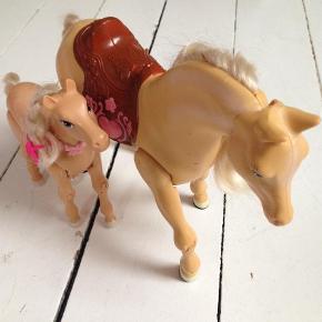 Varetype: LegetøjStørrelse: X Farve: Ukendt Prisen angivet er inklusiv forsendelse.  Prisen er inkl fragt. De 2 barbieheste kan sættes sammen. Den store hest har batterier i og kan gå. Se også mine andre annoncer og byd.
