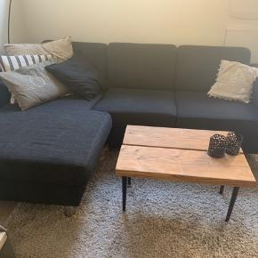 Rigtig fin sofa fra IDEmøbler. Nypris omkring 9.000. Et par år gammel. Uden slid eller brugsskader. Fyldet i sofaen er sådan noget fyld der ikke falder sammen, så fyldet vil altid holde sig fast og fyldigt. Skriv gerne for mål eller flere billeder