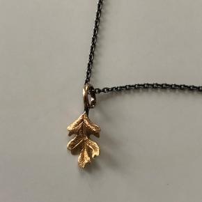 Charlotte Lynggaard Leaves i guld, i sølv kæde. Nypris ca. 5500 kr. mp 3700+. Kæden er 80 cm lang/40 cm om halsen. Bytter ikke.