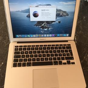 Fin Macbook air 13 købt i 2013 med intel core i5, 4 gb ram og 128 gb ssd harddisk.den er nyinstalleret med det nyeste osx catalina og virker perfekt og har ok batteritid også .der medfølger original kasse og ny oplader