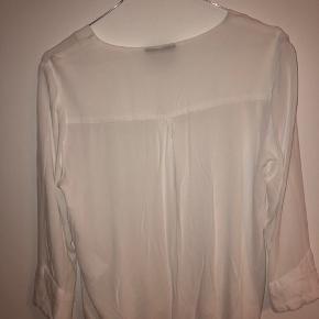 Hvid bluse skjorte fra Object med V-hals. Næsten aldrig brugt, så den er i fin stand.