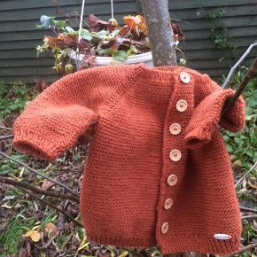Trøje i str. 1-2 år strikket i 100 % uld der tåler vaskemaskine.  Bukserne findes i en anden annonce.