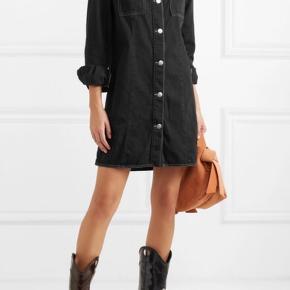 Super fed cowboy lignende kjole/lang skjorte fra ganni. Det er en str 40.  Den kan både bruges som kjole med et par fede støvler/sneaks til eller som åben skjorte uden på et pat bukser eller lignede. Er næsten ikke blevet brugt. Kom gerne med bud! :)