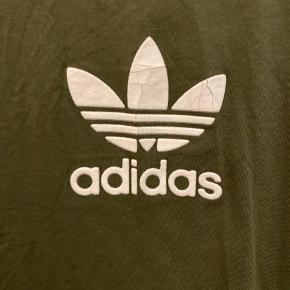 Adidaslogoet har mærker efter vask som ses på billedet, ellers fremstår den i god stand