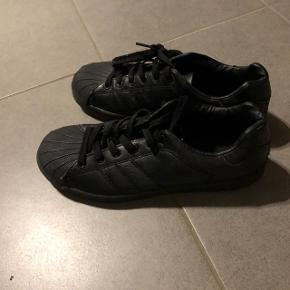 Sorte sneakers fra Boohoo Str: 38-39 Prisen er ikke fast, så byd endelig :)