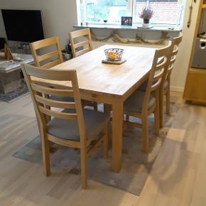 Spisebord og 5 stole. Bordet er 160×90cm, i egetræ (der er et lille hul som kan ses på billede nr.3). 5 stole i egetræ, med i prisen.