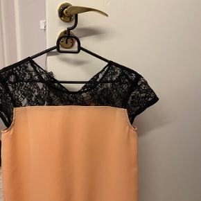 Der er en lille plet, men tænker at den sagtens kan vaskes af. Super fin trøje. Sagtens passes af en M.  BYD