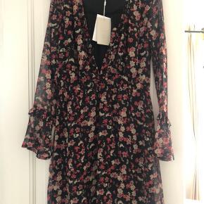 Sød kjole med blomster, aldrig brugt.