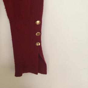 Flot elegant bluse med guldknapper str. S fra Zara sælges🌿 Kun brugt få gange🌼Almindelig i størrelsen🌸bytter ikke🌿 Køber du for min. 100 kr via TS i uge 42 er der gratis Porto 🤗
