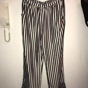 Gina tricot, stribet bukser i en str L. Aldrig brugt. Fejler ingenting. Byd gerne😊