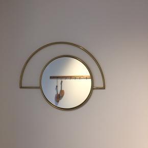 Spejlet er 28 i diameter og den fulde bredde er 48 og 37 høj.