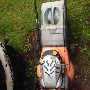 Græsslåmaskine sægles  Snor er sprunget så der skal lige sættes en ny på  Eller funger den 100%