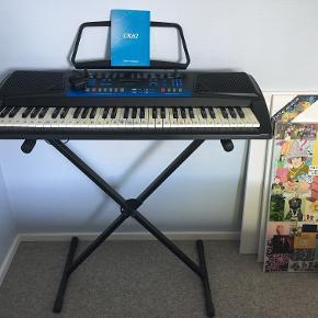 Keyboard, Ringway CK62  Sælger dette keyboard. Keyboardet er købt brugt for cirka et år siden, og derefter kun brugt meget lidt. Nogle af tangenterne er forholdsvis gule, men alt på keyboardet fungerer perfekt.  Der medfølger: keyboard, stativ, nodeholder og manual.  Bud er velkomne! :))