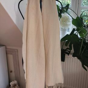 Kæmpe vinter tørklæder. Ingen huller eller noget men der er fnug på det som kan fjernes