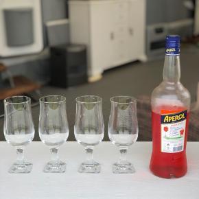 4 smukke antikke drikkeglas i krystal med flot firkantet nupret fod. Kan bruges som elegant drinksglas.  Den ene har et mikroskopisk nag og fåes gratis med. Prisen er for 3+1 Højde 18cm Åbning 6cm Fod 5cm