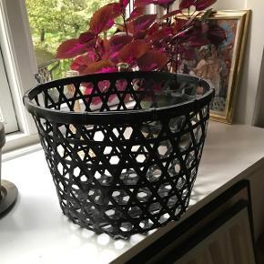 🌿 Fin flettet kurv i sort. Kan bruges til alt fra små tæpper i stuen til køkkenet eller badeværelset. Fejler ingenting.    🌎 Afhentes på ydre Nørrebro