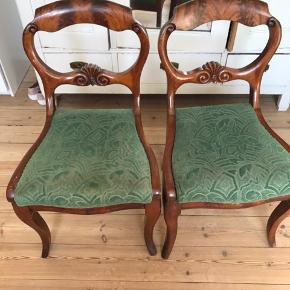 Et par fine, gamle stole, der har været i familiens eje i nu 3 generationer. Den ene trænger til reparation idet ryglæn er lidt løst. Slidt betræk.