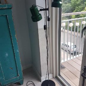 Flot gammel standerlampe med to lampeskærme i grønlakeret metal. Hver lampe har afbryder på ledningen. Højden kan justeres. Den grønne farve er lidt mørkere i virkeligheden   I fin stand, har lidt alderstegn (se billeder). Pærer følger ikke med. Rigtig flot gulvlampe, sælges kun pga pladsmangel.