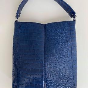 """Lækker Tote bag fra Unlimit i """"slange skind""""  Fed taske med massere af plads, kan bruges som skoletaske og kan have en Macbook 13' i sig Byd💕"""