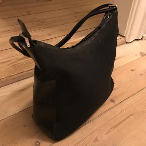 Sælger min Gucci taske. Der er et lille hul i den nederst i siden, sender gerne billeder af det. BYD løs.