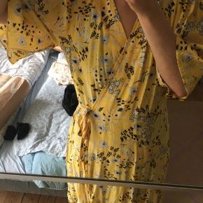 Sød og sommerlig gul slå om kjole.