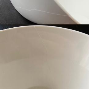 Stor keramik Tilt-skål sælges billigt, da den desværre har fået en revne. Dog meget tynd/fin, men skal limes før brug, for at den ikke går mere i stykker.   Hvis man er fingerfærdig med lim, er det en god handel, da skålen ellers er i rigtig fin stand.   Fast pris.   Sender -og bytter ikke.  (Befinder sig på #nørrebro , #kbh)      Annoncen slettes når solgt, så ingen grund til at spørge om dette 🙂   Useriøse henvendelser frabedes.      #design #danskdesign #keramik