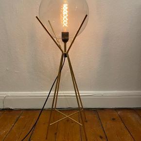 Super fed gulvlampe fra A Simple Mess. 80cm høj. Pære medfølger ikke. Kan afhentes i Aarhus C.