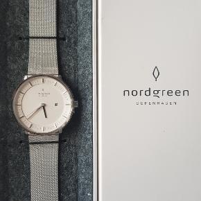 """Nordgreen - """"Philosopher""""  Flot og stilet ur fra det danske urfirma Nordgreen, som har designer Jakob Wagner i ryggen. Modellen hedder """"Philosopher"""" og er købt ifm. deres kampagne på Kickstarter. Uret fremstår derfor helt nyt. 36 mm. urskive i sølv med en mesh rem, ligeledes i sølv.  Flere billeder kan sendes!  Mvh."""
